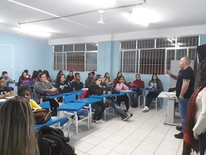 Curso Técnico em Vendas de escola em Guaçuí promove palestra sobre postura corporal e etiqueta