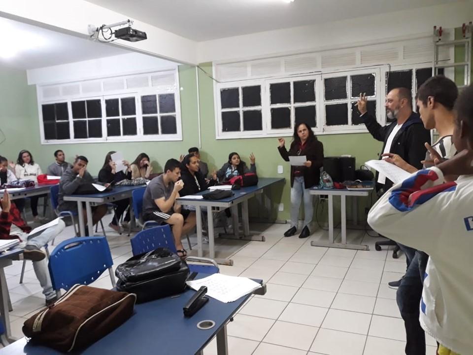 Escola em Guaçuí incentiva aprendizado de Libras durante aulas de Português Instrumental